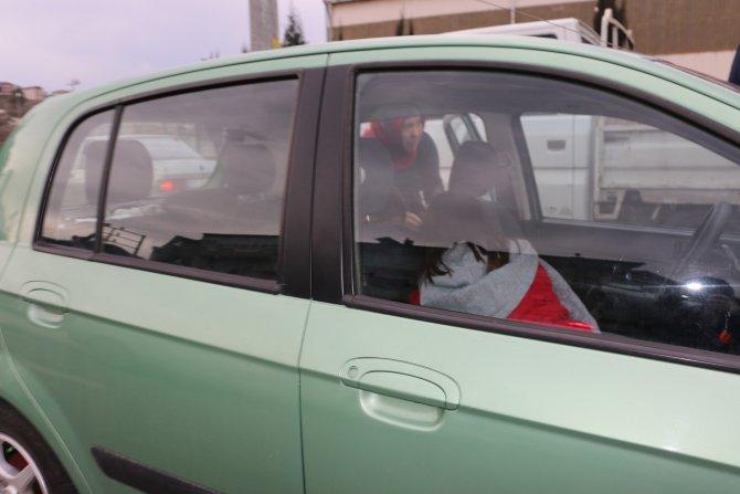 Kadın sürücü yayaya çarptı, çocukları korku yaşadı