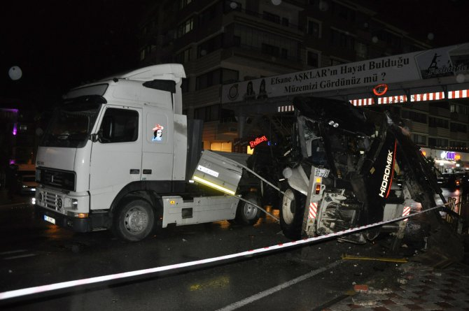 TIR'dan düşen iş makinesi otomobilin üzerine düştü: 1 ölü