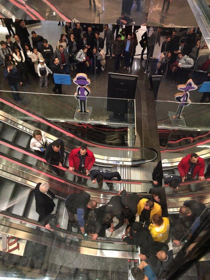 Yürüyen merdivene sıkışan küçük kızın kurtarılması kamerada