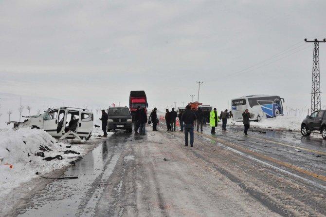 Bitlis'te trafik kazası: 1 ölü, 1 yaralı