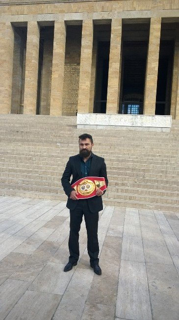 Dünya Boks Şampiyonu Arık, Anıtkabir'i Ziyaret Etti