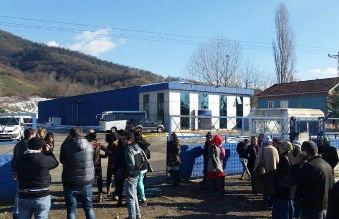 Üç Aydır Maaş Alamayan İşçiler Fabrikanın Kapısında Saatlerce Beklediler