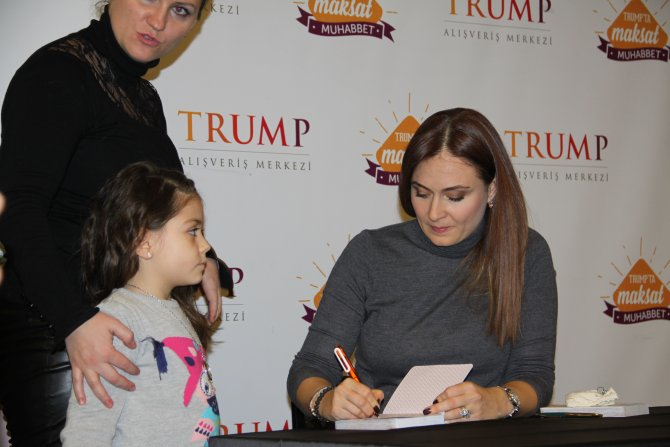 Ünlü oyuncu, ajandasını çocuklar için imzaladı