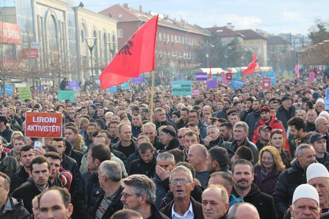 Kosova'da göstericiler başbakanlık binasına Molotof kokteyli attı