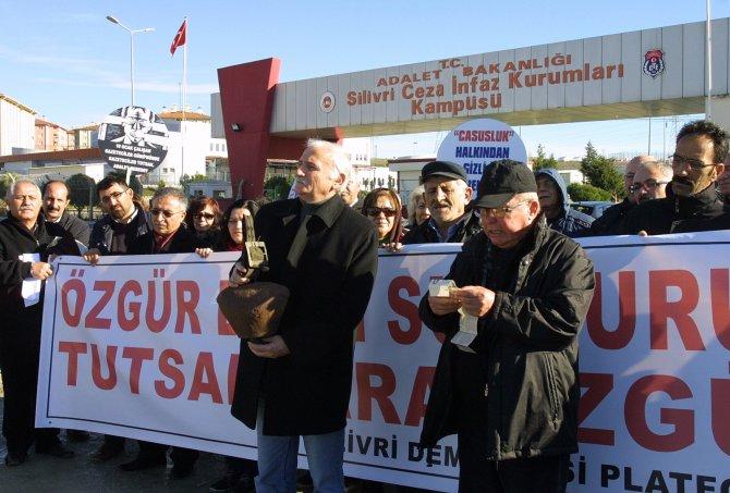 Cezaevi önünde gazetecilere 'çanlı' destek