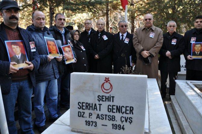 Komutanları ve arkadaşları 22 yıl sonra ölüm yıl dönümünü unutmadı