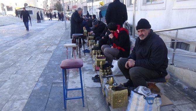 Soğuk havada ayakkabı boyacılığı ile ekmek parası kazanıyorlar