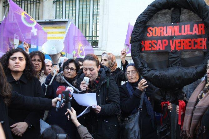 HDP'li kadınlar Fransa Başkonsolosluğu'na siyah çelenk bıraktı
