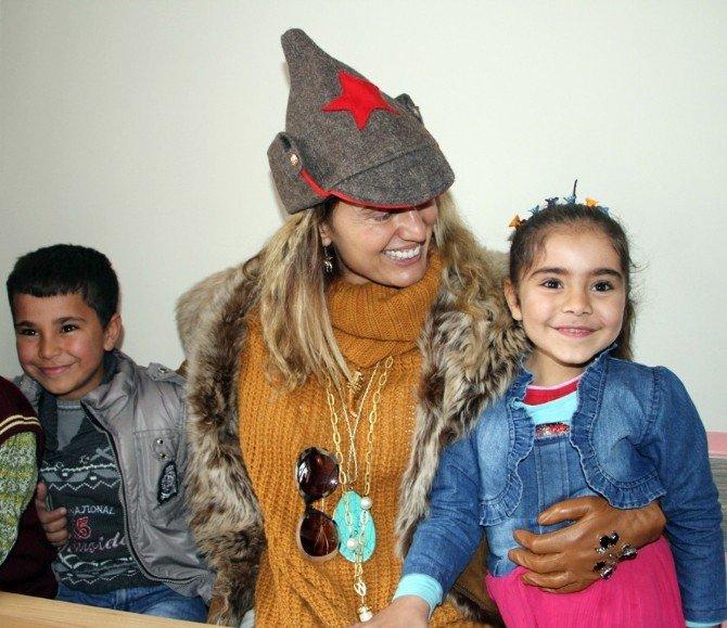 Tuğba Özay, Şehit Asker Çocuklarını Bağrına Bastı