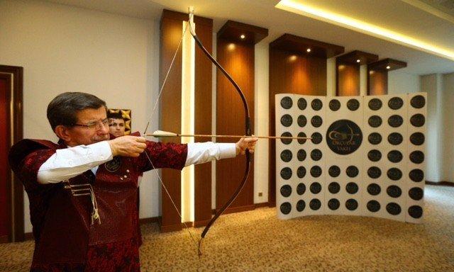 Başbakan Davutoğlu AK Parti Kampında Ok Attı