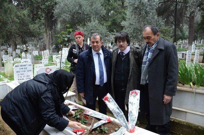 Merhum Gazetecilerin Mezarlarına Karanfil Bırakıldı