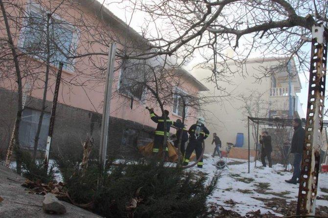 Evlerinin yandığını görünce ailesinden endişe eden genç kadın baygınlık geçirdi