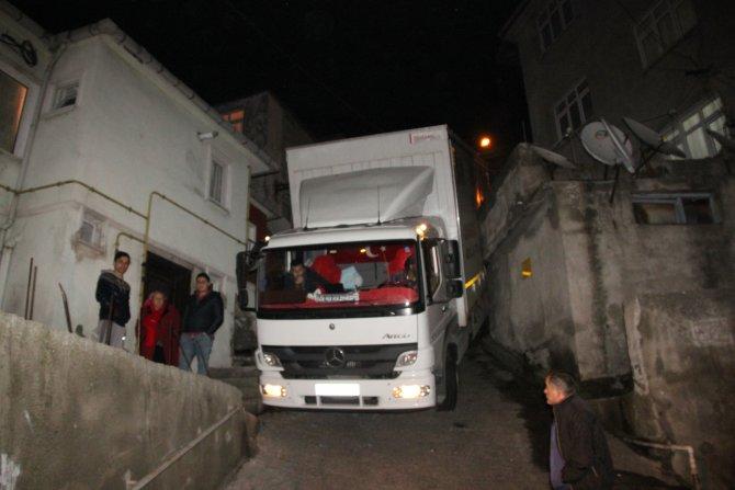 Duvara sıkışan kamyon 3 saatte kurtarıldı