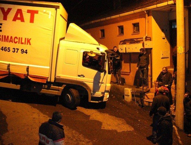 Dar Sokakta Sıkışan Kamyon 3 Saatte Kurtarılabildi