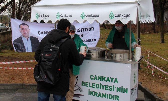 Belediyeden öğrencilere üniversite önlerinde çorba ikramı
