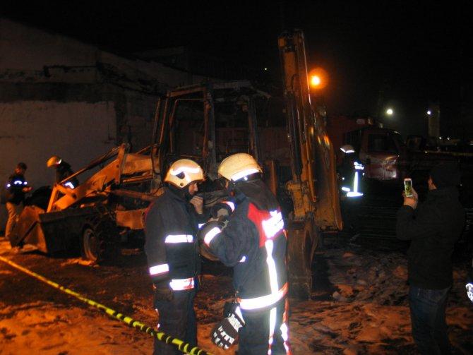 Fatih'te iş makinesinde şüpheli yangın