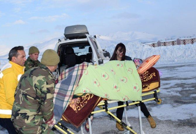 Şemdinli'de derin kar ve şiddetli soğukta muharebe eğitimi