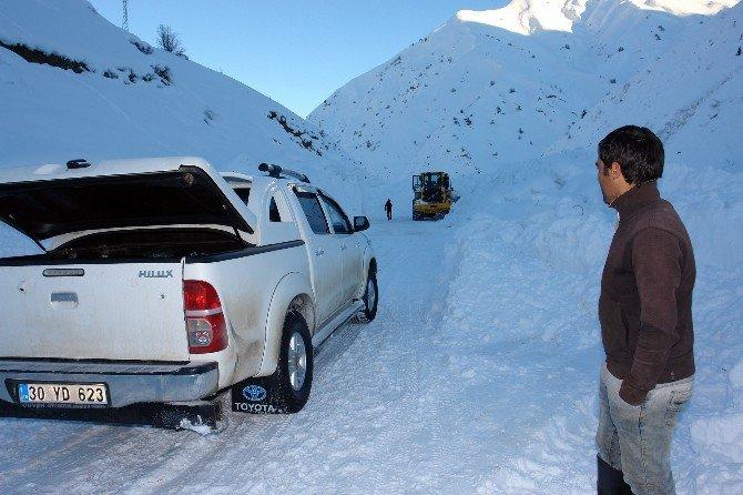 Çığ İnen Yollarda Zorlu Karla Mücadele Çalışması