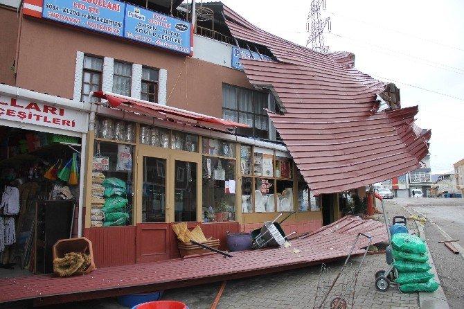 Samsun'da Binanın Çatısı 70 Metre Uçtu