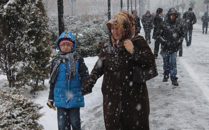 Sivas'a 2 gün aranın ardından yeniden kar yağdı