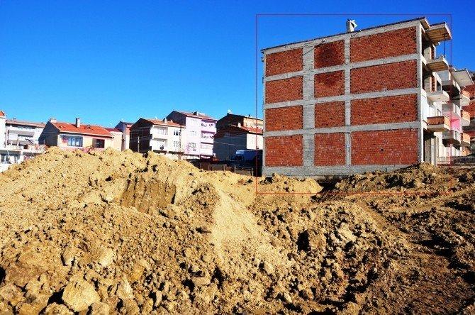Süleymanpaşa Belediyesi Ekipleri İnşaat Kazısında Hasar Gören Apartmanı Tahliye Etti
