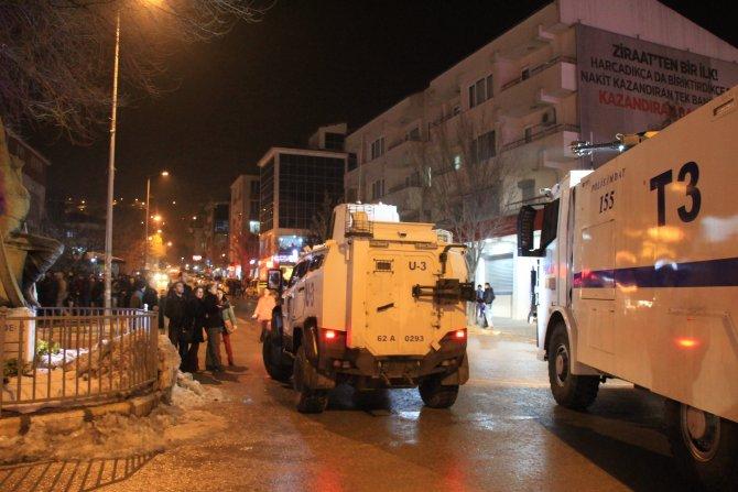 Polis, eylemin pankartsız devam etmesini istedi, tazyikli su ile müdahale etti