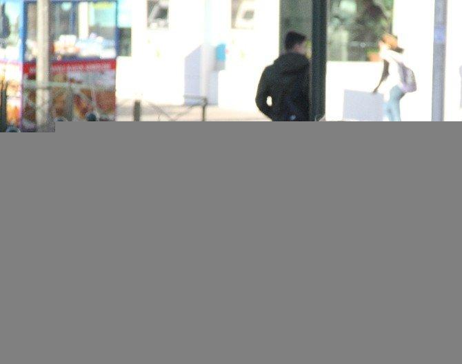 Bursa Fırtınaya Teslim Oldu, Vatandaşlar Yolda Yürüyemedi