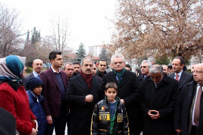 Vali Özcan: Makarnayı adamın suratına atar gibi atıyoruz