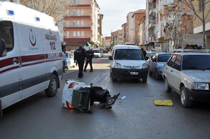 Servis Aracı Engelli Aracına Çarptı: 1 Yaralı