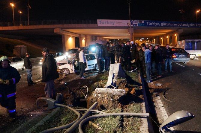 Kontrolden çıkan otomobil aydınlatma direğine çarptı: 4 yaralı