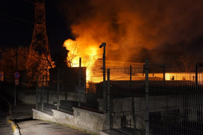 Üniversite yerleşkesindeki trafo merkezi alev alev yandı