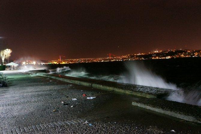 Boğaz kıyılarına dev dalgalar vurdu, deniz seferleri iptal
