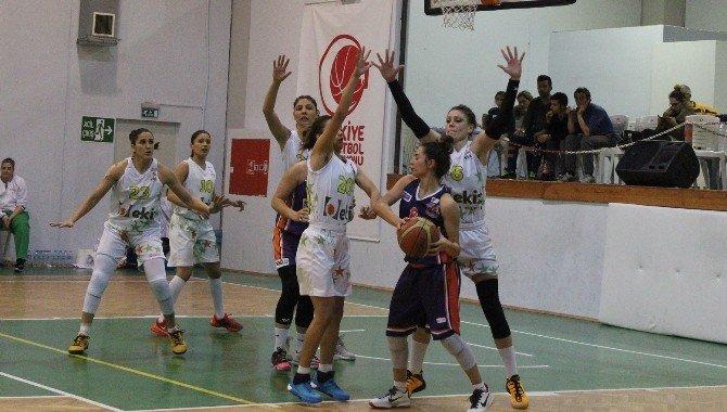 Foça'da Basketbol Maçlarına Kadınlardan Büyük İlgi