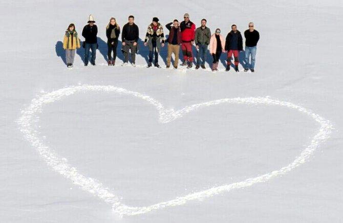 Dağcılar buz tutan gölün üzerinde yürüdü