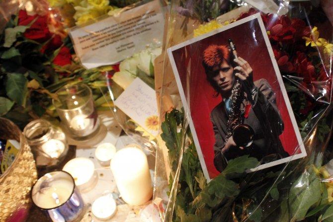 Efsane rock yıldızı David Bowie İngiltere'de anılıyor