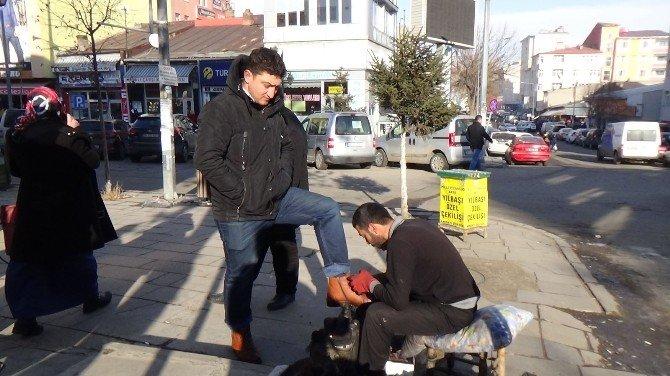Kars'ta 16 Yılıdır Ekmeğini Soğuğa Rağmen Ayakkabı Boyayarak Çıkarıyor