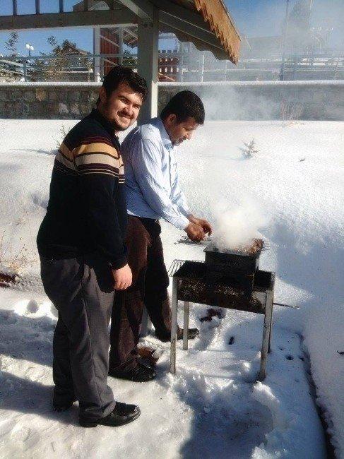 Pınarbaşı'nda Kar Üstünde Piknik Keyfi