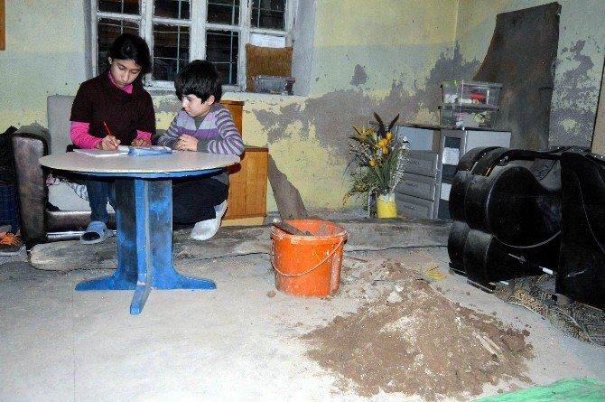 Çatısı Çöken Evde Eğitimlerine Devam Ettirmeye Çalışıyorlar