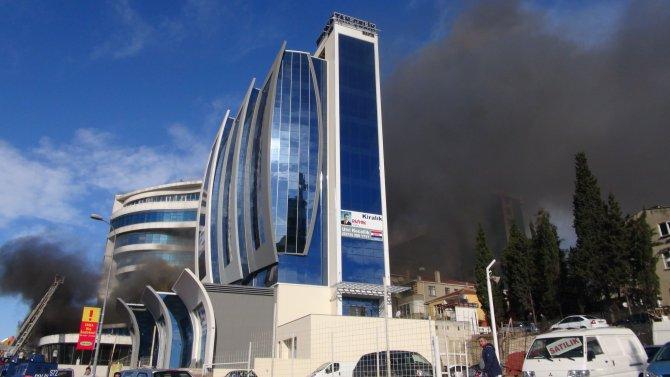Otel yangınında söndürme çalışmaları sürüyor