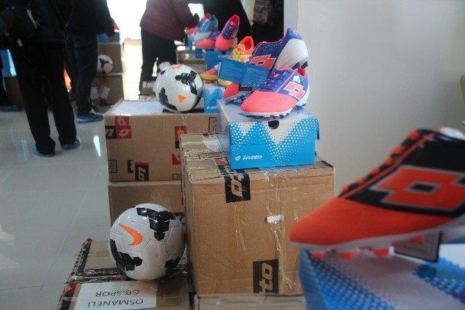 Fitness Salonu Açılışında 15 Takıma Krampon Ve Futbol Topu Yardımı Yapıldı