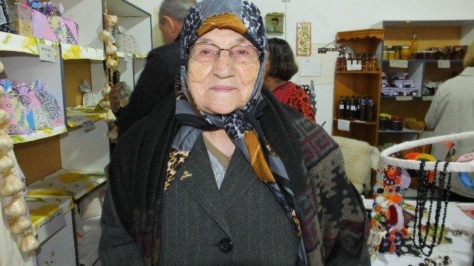 Edremit'de 84 Yaşındaki Şair Gülbüz Nineye Alkış