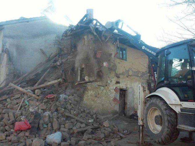 Pazarlar'da Metruk Binaların Yıkımı Devam Ediyor
