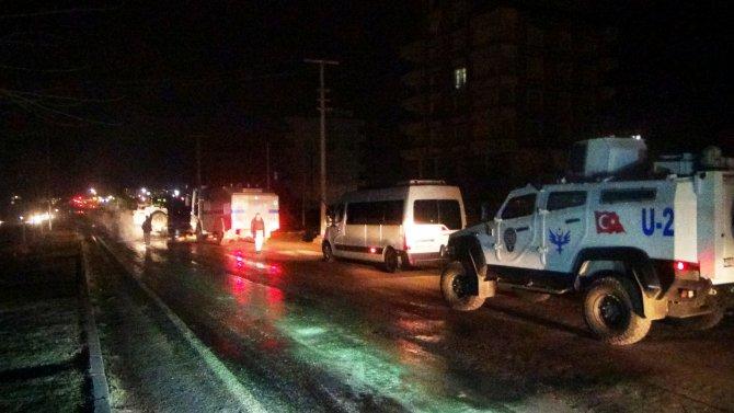 Elektrikleri kesilen mahallesi lastik yakarak yolu trafiğe kapattı