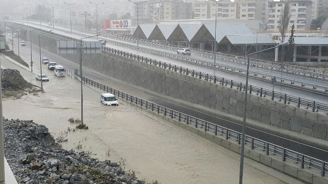 10 Dakika Süren Yağmur Kuşadası'nda Günlük Yaşamı Felç Etti