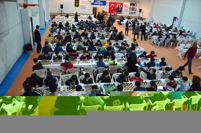 5 Ocak Kurtuluş Kupası Satranç Turnuvasına 400 Sporcu Katıldı