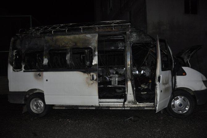 Kahta'da alev alan minibüs kullanılamaz hale geldi