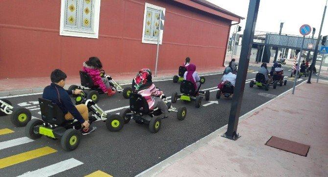 Trafik Kurallarını, Bizzat Direksiyona Geçerek Öğrendiler