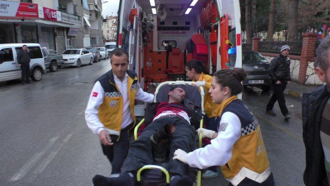 Yaralı ambulansa karga tulumba taşındı