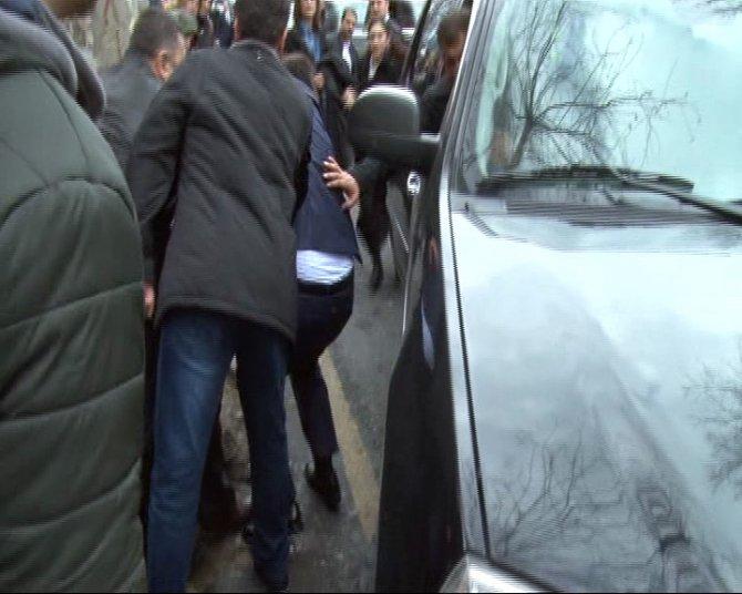 Davutoğlu'nun basın danışmanı, hastane ziyaretinde yaralandı
