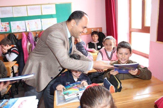 """Beyşehir Belediyesi'nden Öğrencilere """"Küçük Gezgin"""" Kitabı"""
